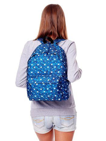 Niebieski plecak w gwiazdy