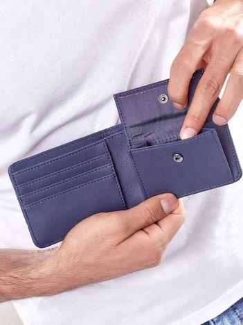 Niebieski portfel męski z tłoczeniami