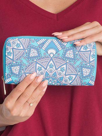 Niebieski portfel we wzory