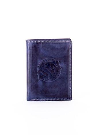 Niebieski skórzany portfel z okrągłym tłoczonym emblematem