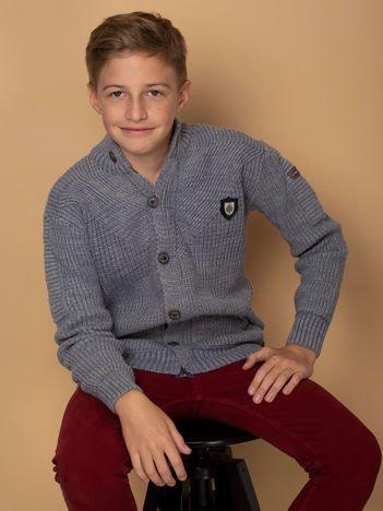 Niebieski sweter dla chłopca z kieszeniami