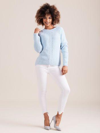 Niebieski sweter dzianinowy