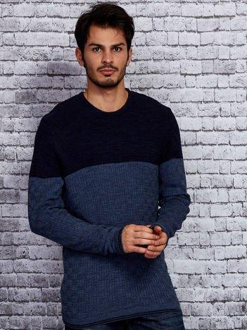 Niebieski sweter męski z plecionym modułem