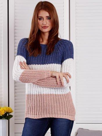 Niebieski sweter o szerokim splocie