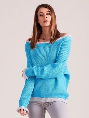 Niebieski sweter oversize z odkrytymi ramionami