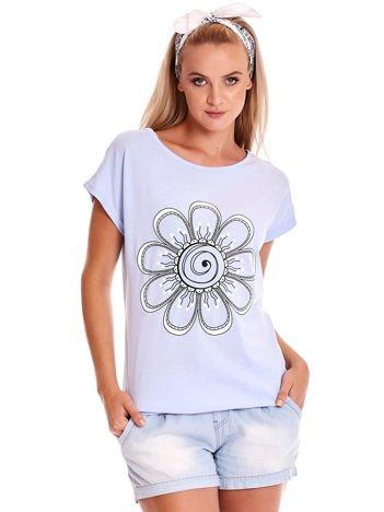 Niebieski t-shirt damski z kwiatem