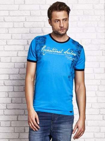 Niebieski t-shirt męski z miejskim nadrukiem