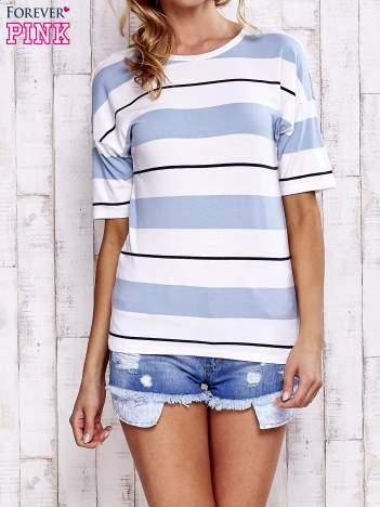 Niebieski t-shirt w kolorowe paski