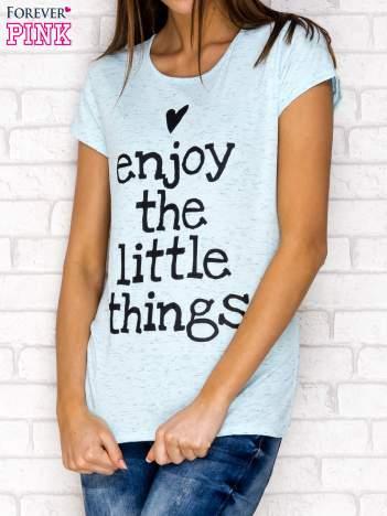 Niebieski t-shirt z napisem ENJOY THE LITTLE THINGS