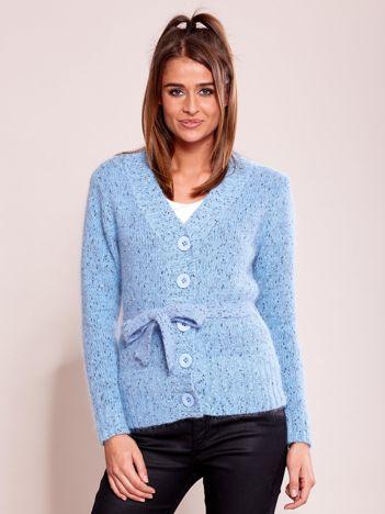 Niebieski zapinany sweter z paskiem