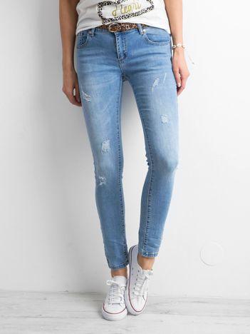 Niebieskie damskie jeansy regular z przetarciami