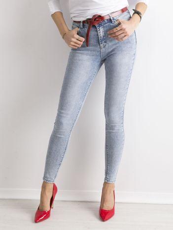 Niebieskie dopasowane jeansy z wysokim stanem