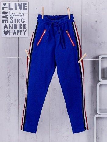 Niebieskie dziecięce spodnie dresowe z taśmą tricolor