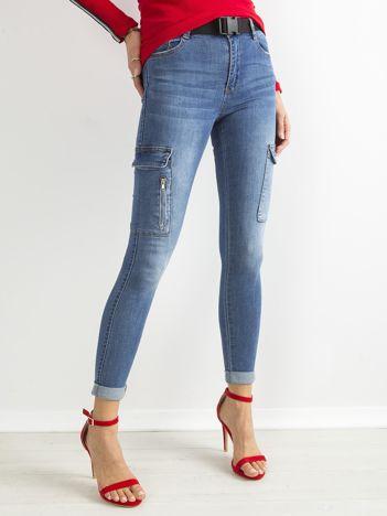 Niebieskie jeansowe rurki z kieszeniami na nogawkach