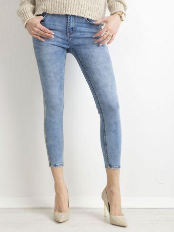 Niebieskie jeansy ankle skinny z cekinowym lampasem