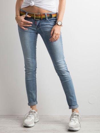 Niebieskie jeansy biodrówki
