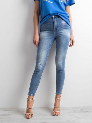 Niebieskie jeansy high waist z efektem sprania