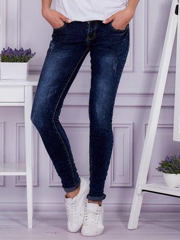 Niebieskie jeansy z dekatyzacją