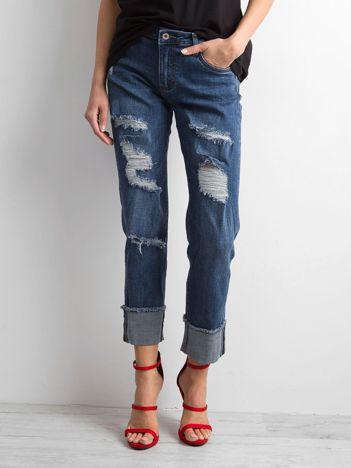 Niebieskie jeansy z podwijanymi nogawkami