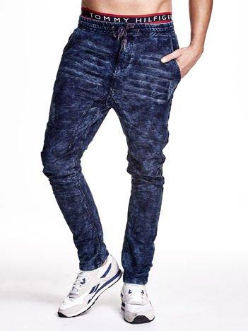 Niebieskie marmurkowe spodnie jeansowe męskie z przeszyciami