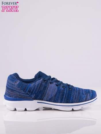 Niebieskie melanżowe buty sportowe w paski na jasnej podeszwie