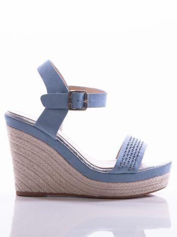 Niebieskie sandały na koturnach z ażurowym paskiem na przodzie i błyszczącymi kamieniami, zapinane na pasek wokół kostki