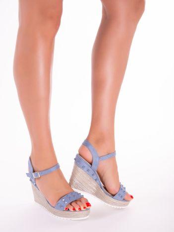Niebieskie sandały na metalicznych koturnach z ćwiekami na przodzie