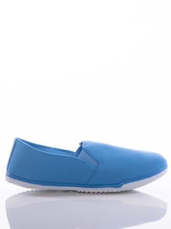 Niebieskie slipony McKeylor z gumkami po bokach