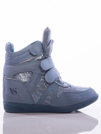 Niebieskie sneakersy z efektem glitter, z cholewka za kostkę i ozdobnymi przeszyciami