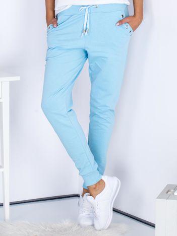 Niebieskie spodnie dresowe z ażurowym wykończeniem kieszeni