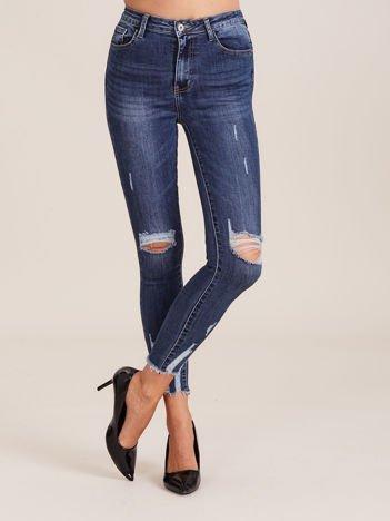Niebieskie spodnie jeansowe damskie z przetarciami