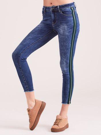 Niebieskie spodnie jeansowe z lampasem z suwaka