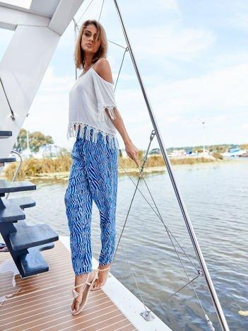 Niebieskie spodnie w kolorowe desenie