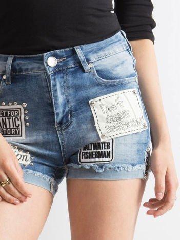 Niebieskie szorty jeansowe z naszywkami