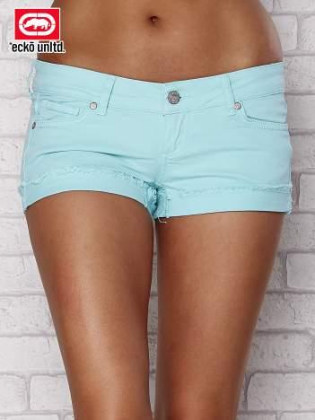 Niebieskie szorty z postrzępionymi  nogawkami