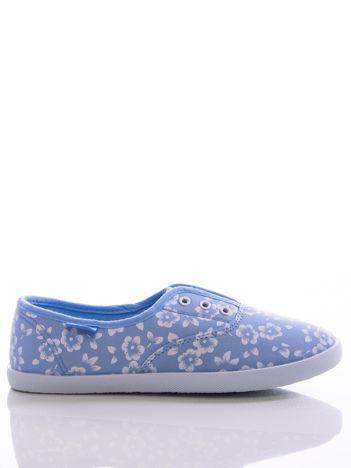 Niebieskie trampki w białe kwiaty