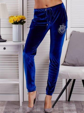 Niebieskie welurowe spodnie dresowe z aplikacją z dżetów