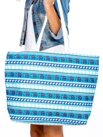 Niebiesko-biała torba we wzory