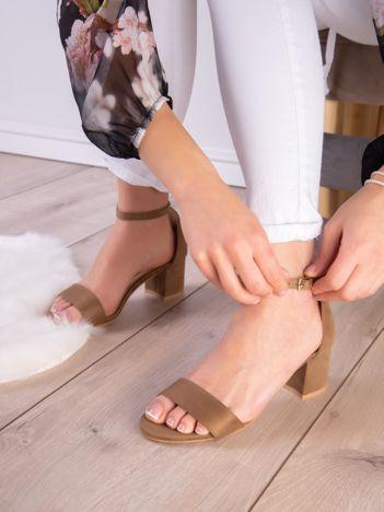 Oliwkowe sandały z eco zamszu na niskim klocku z zapięciem na pasek