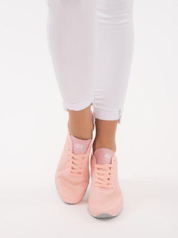 Pastelowo-różowe lekkie buty sportowe na sprężystej podeszwie