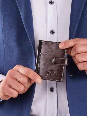 Pionowy brązowy portfel z klapką