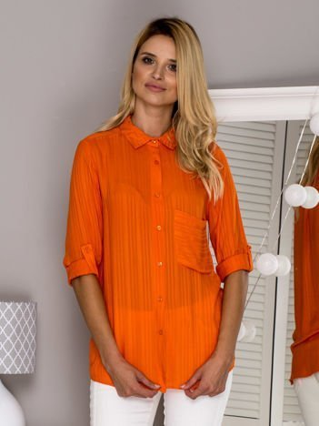 Pomarańczowa koszula z podwijanymi rękawami
