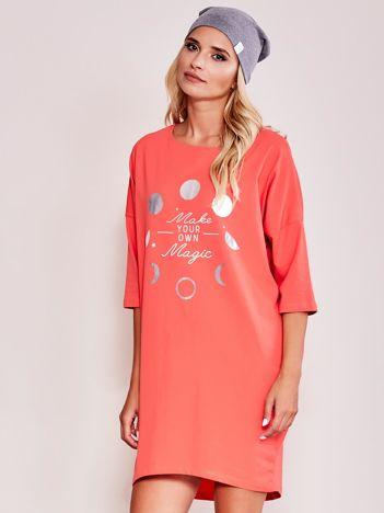 Pomarańczowa luźna sukienka z nadrukiem