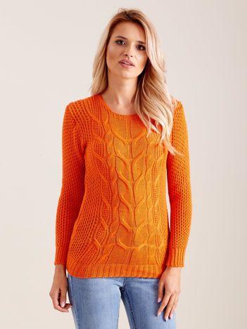 Pomarańczowy dzianinowy sweter w warkocze