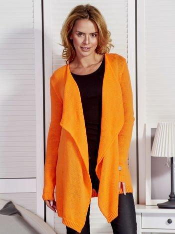 Pomarańczowy sweter z kaskadowym dekoltem