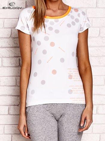 Pomarańczowy t-shirt w groszki z tekstowym nadrukiem