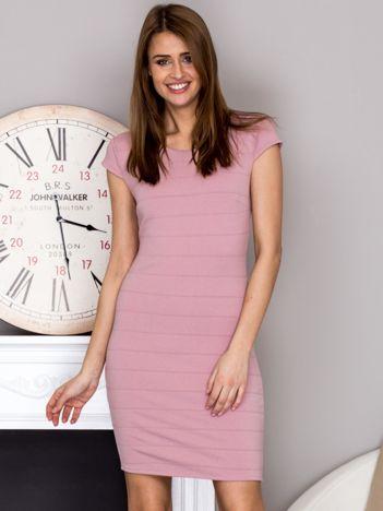 Pudrowo różowa sukienka z wypukłymi paskami
