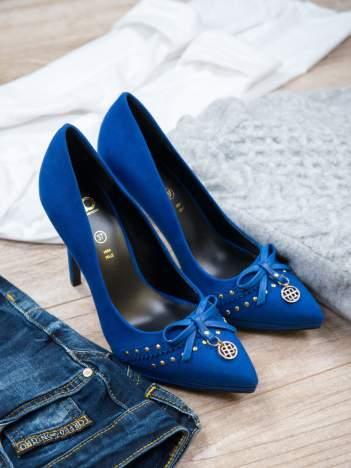 ROCCOBAROCCO Niebieskie szpilki faux suede z zamszu z kokardką