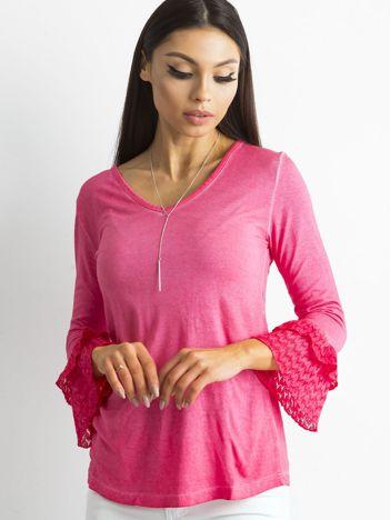 Różowa bluzka z koronkowymi rękawami