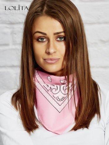 Różowa chusta bandanka
